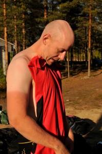 Petteri esittelee uutta rusketustaan. © Tapani Launonen